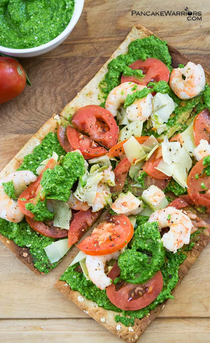 This pesto shrimp flatbread pizza makes is an easy healthy meal, ready in just 10 minutes, Low fat, dairy free and super tasty! Say no to fast food! | www.pancakewarriors.com